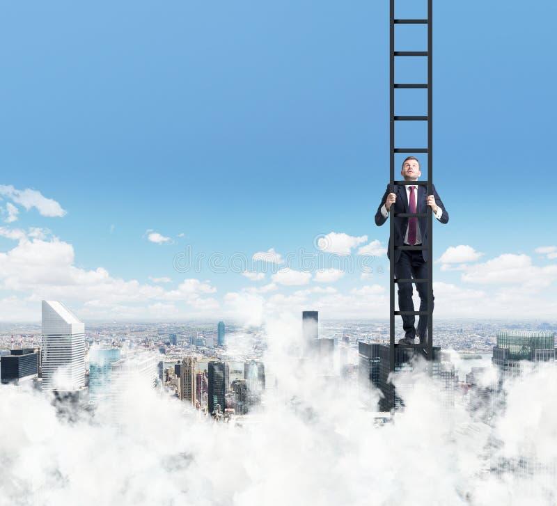 Ein Mann klettert oben die Leiter Wolken- und New- Yorkansicht stockbilder