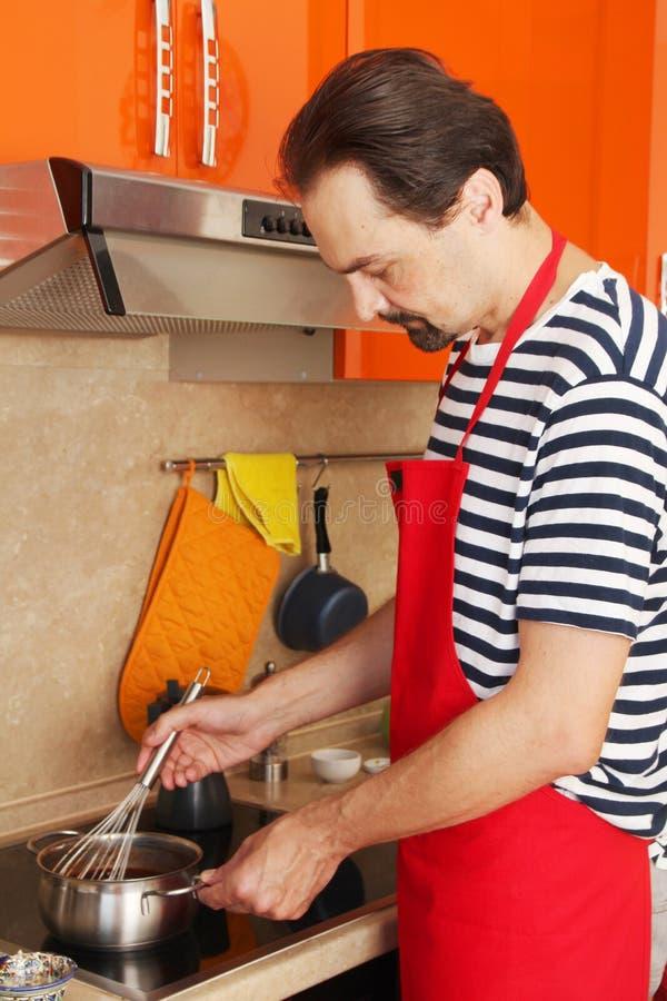 Ein Mann kocht klassischen Sacher-Kuchen stockfoto