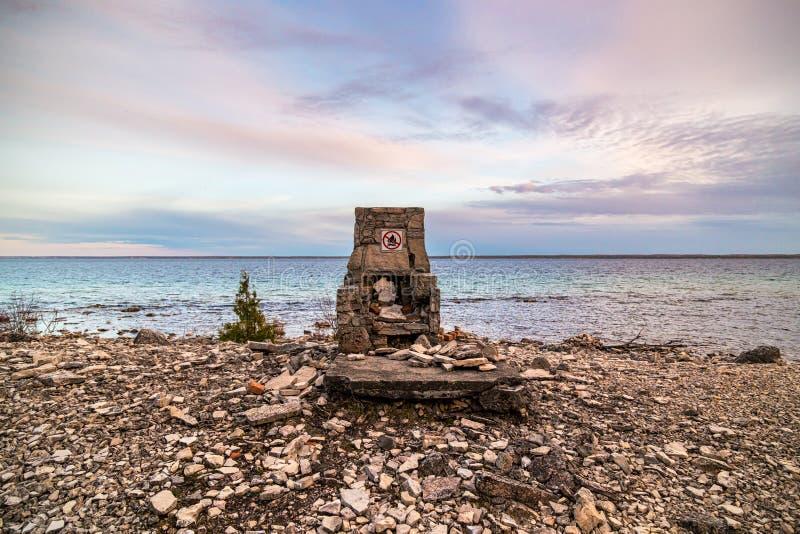 Ein Mann machte Struktur auf dem Strand in der Blumentopf-Insel in Ontario stockfoto