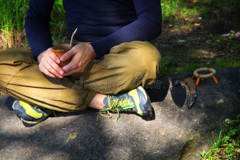 Ein Mann meditiert auf dem Felsen emotionalen meditierenden Lebensstil Entspannende Selbstbeobachtung lizenzfreie stockfotos