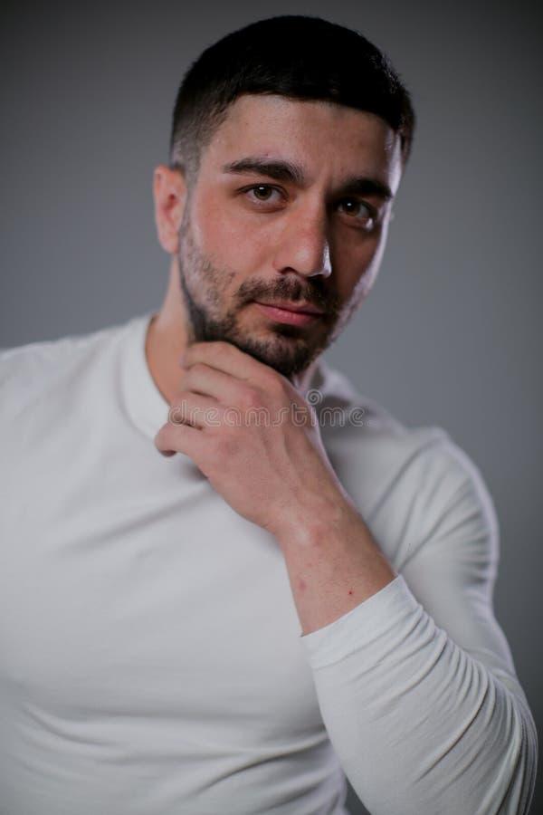Ein Mann mit Biceps-Posen für die Kamera lizenzfreie stockfotos