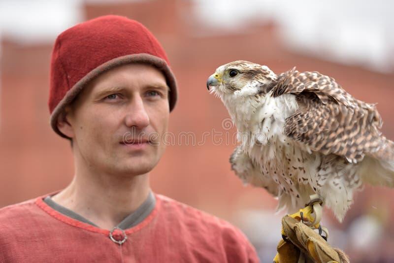 Ein Mann mit einem Falken lizenzfreies stockbild