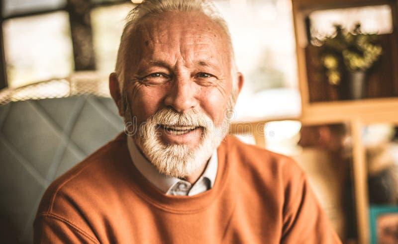 Ein Mann mit einem Lächeln, das positive Energie teilt stockbild
