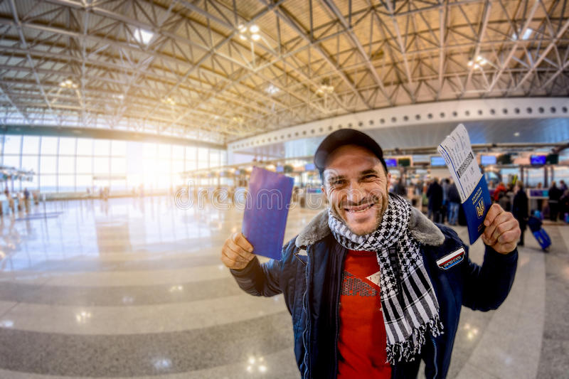 Ein Mann mit einem ukrainischen Pass genießt visafreies Regime am Flughafen Weicher Fokus stockfoto
