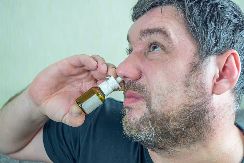 Ein Mann mit einer kalten Nase heilt stockfoto