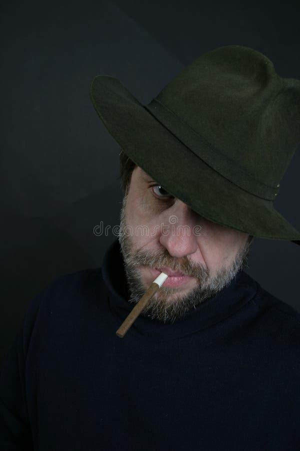 Ein Mann mit einer Zigarette lizenzfreie stockfotografie
