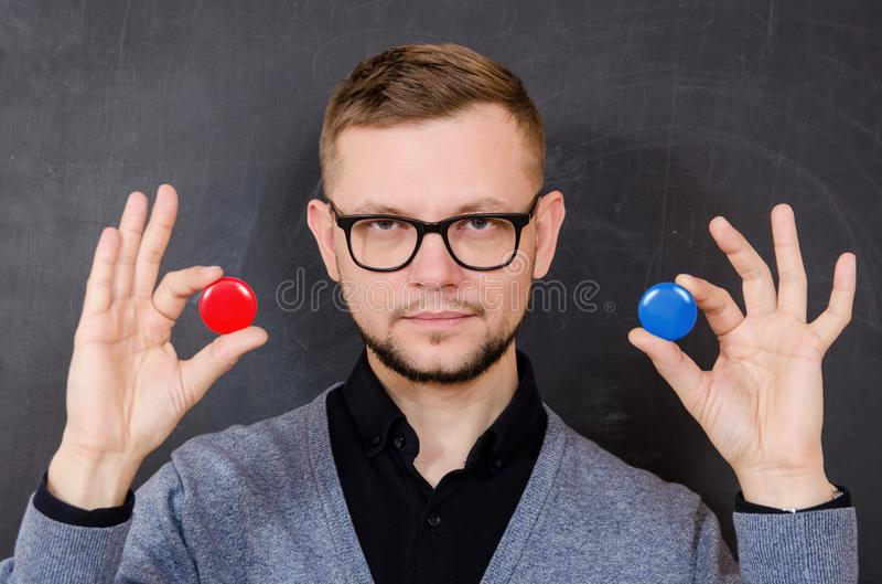 Ein Mann mit Gläsern bietet an, eine der Wahlen zu wählen lizenzfreies stockfoto
