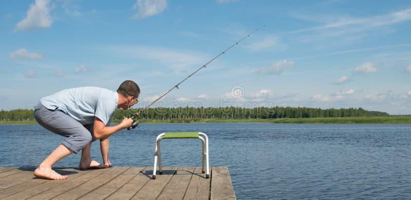 Ein Mann mit Gläsern spielt Sport in einem Fischereiwettbewerb stockfotografie