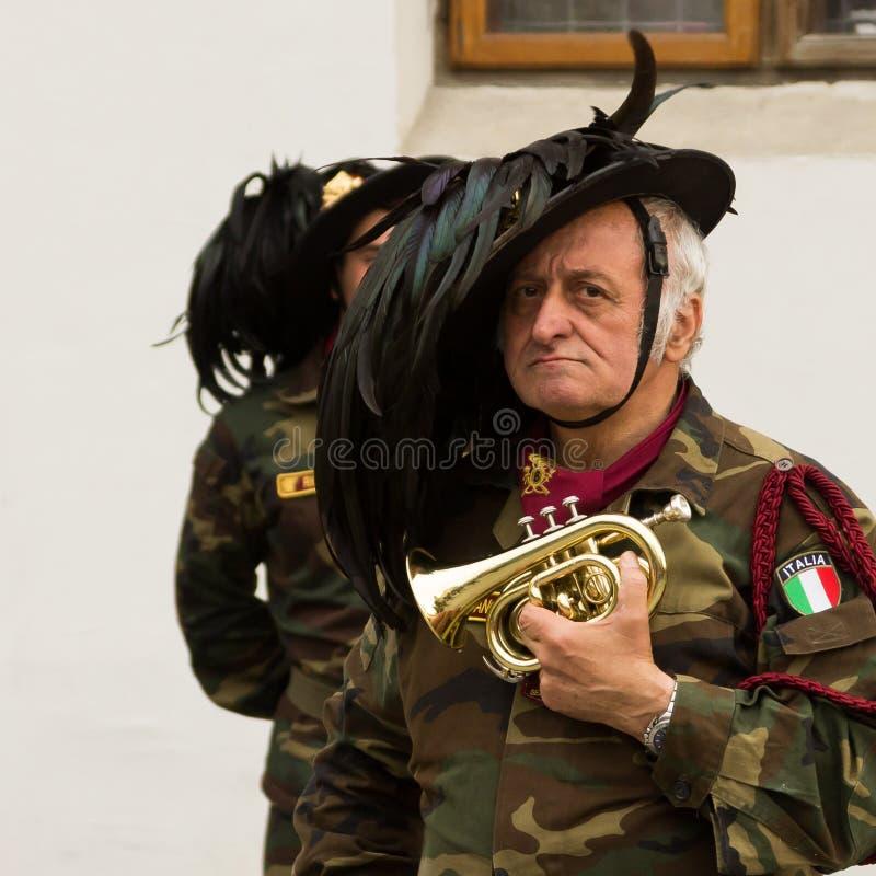 Ein Mann mit mini--trompet stockfotografie