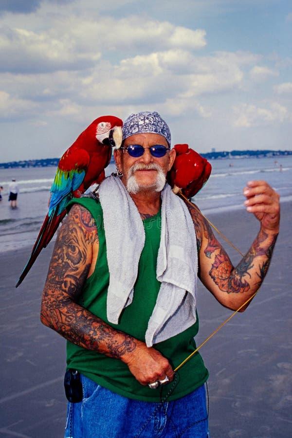 Ein Mann nimmt seine Papageien für eine Sommerpause lizenzfreies stockfoto