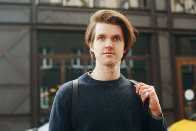 Ein Mann reist zu Europa mit einem Aktenkoffer, Tasche Porträt eines Mannes auf der Straße lizenzfreie stockbilder