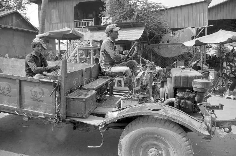 Ein Mann reitet einen kundenspezifischen alten LKW lizenzfreie stockfotos