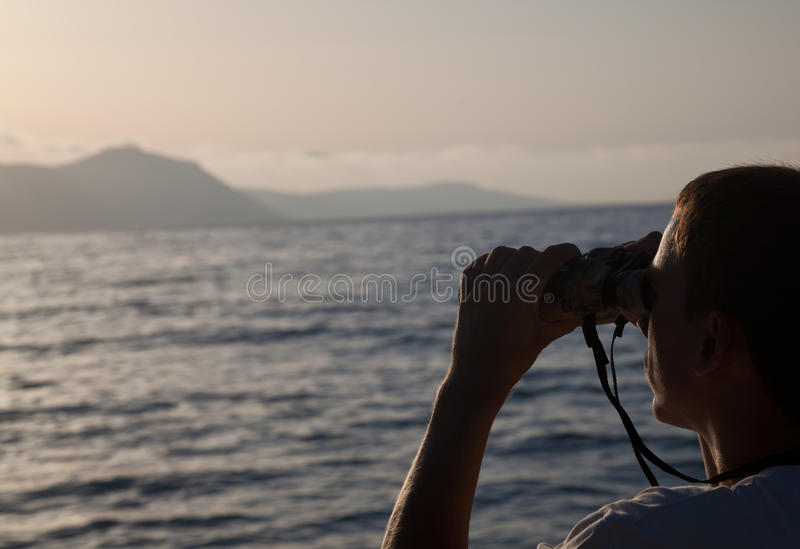 Ein Mann schaut zum binokularen lizenzfreies stockbild