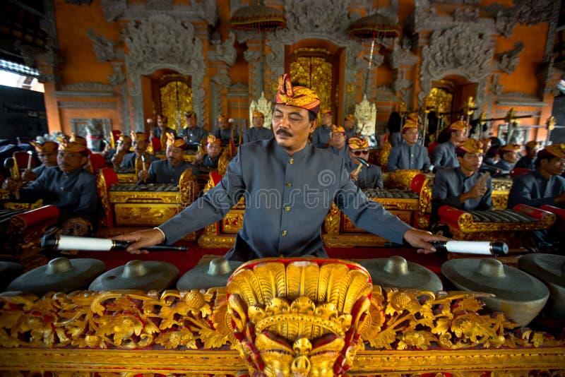 Ein Mann spielt traditionellen gamelan Stoß während der Zeremonie der Verbrennung der Königin stockfotografie