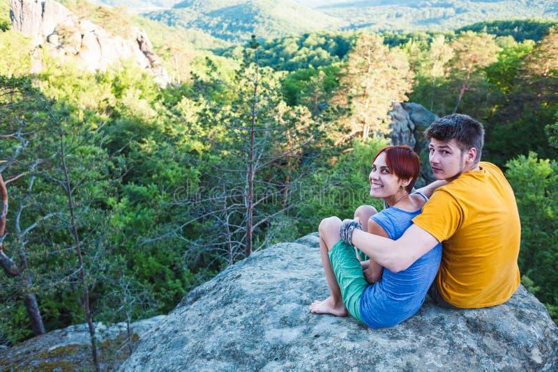 Ein Mann und eine Frau bewundern die Ansicht stockbild