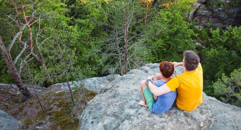 Ein Mann und eine Frau bewundern die Ansicht lizenzfreie stockbilder