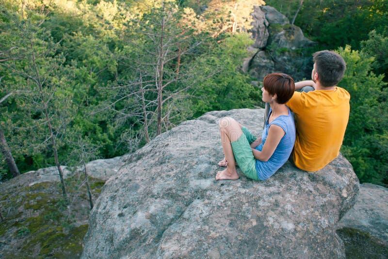 Ein Mann und eine Frau bewundern die Ansicht stockfotos