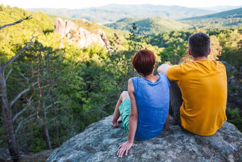 Ein Mann und eine Frau bewundern die Ansicht lizenzfreies stockbild