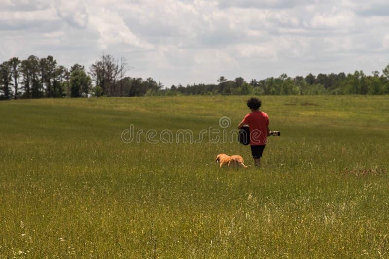 Ein Mann und sein Hund lizenzfreie stockfotografie