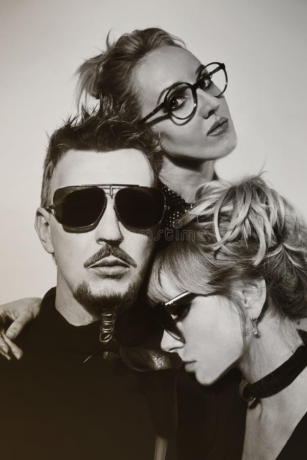 Ein Mann und zwei Frauen lizenzfreies stockbild
