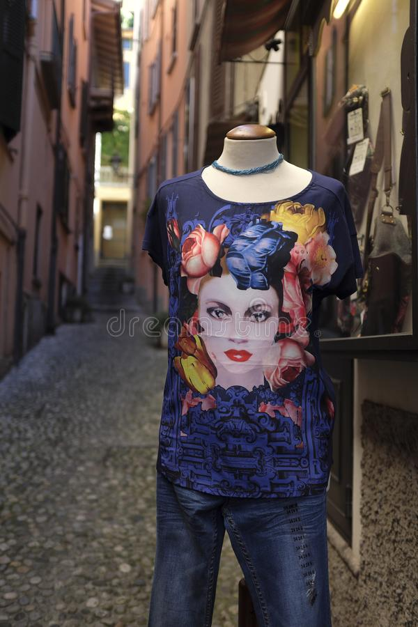 Ein Mannequin außerhalb eines touristischen ` s steigen Varenna, See Como ein stockbilder