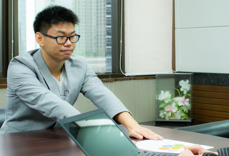 Ein Manninterview für neuen Job stockfotos