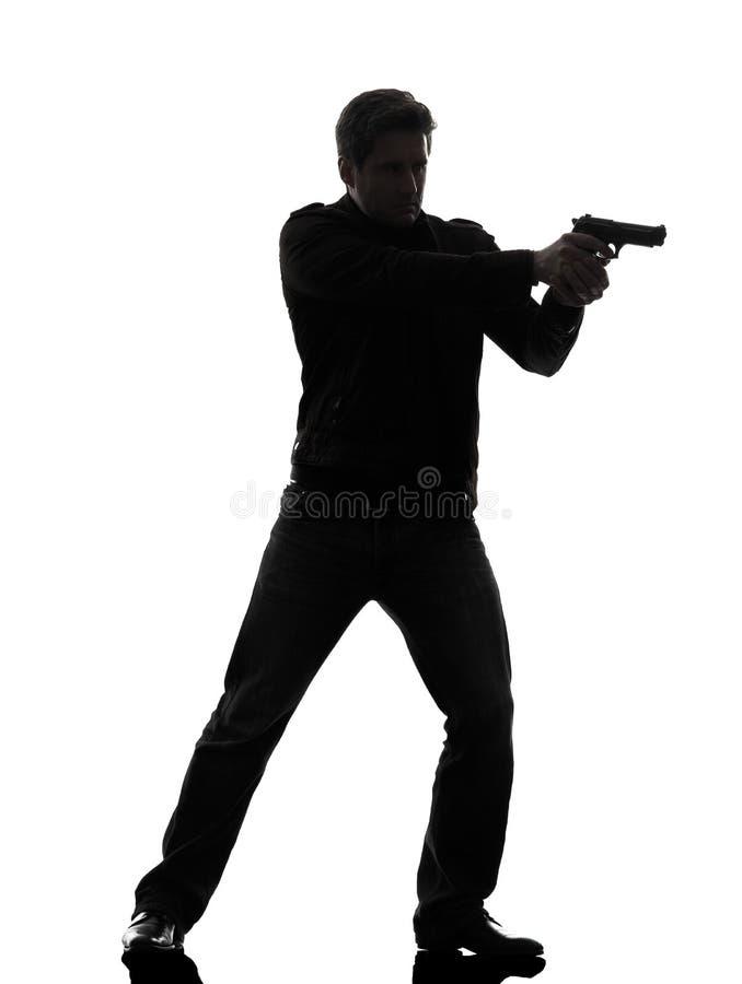 Mannmörderpolizist, der stehendes Schattenbild des Gewehrs zielt lizenzfreie stockfotos