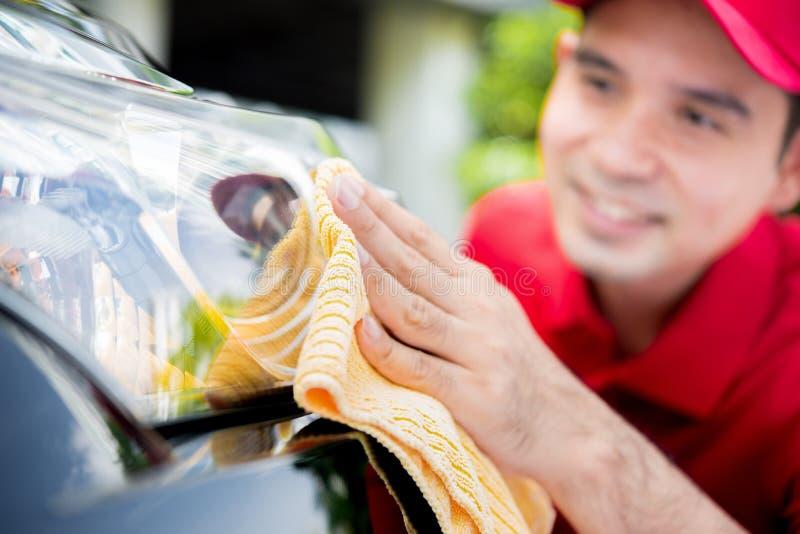 Ein Mannreinigungs-Autoscheinwerfer lizenzfreies stockfoto