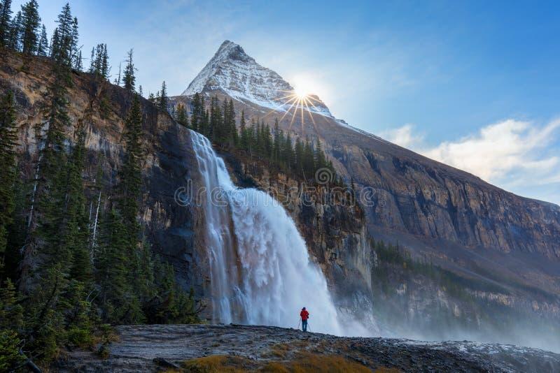 Ein Mannstand vor Kaiser-Fällen und Berg Robson, Kaiser Ridge entlang Berg See-Wanderweg auf Kanadier Rocky Mountains lizenzfreie stockfotos