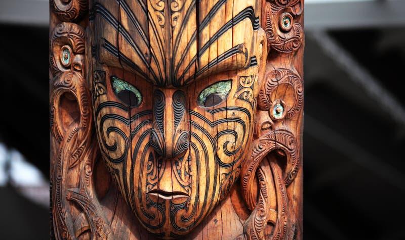 Ein Maori- Schnitzen, Stammes- Totem lizenzfreie stockfotos