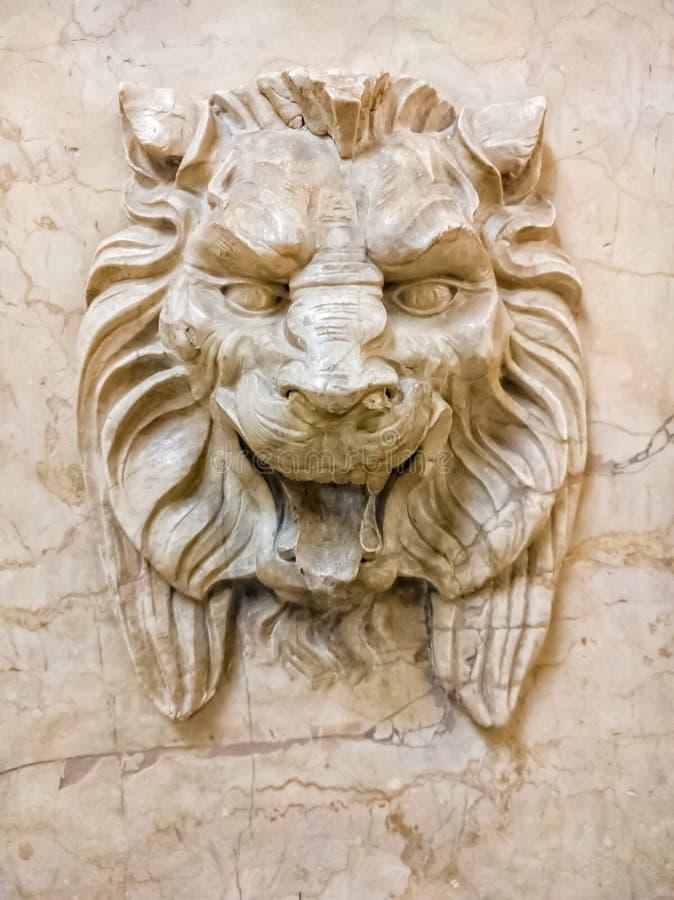 Ein Marmorschnitzen eines Löwegesichtes in der Wand von Rathauses Aldermanic Büros Chicago, USA stockfoto