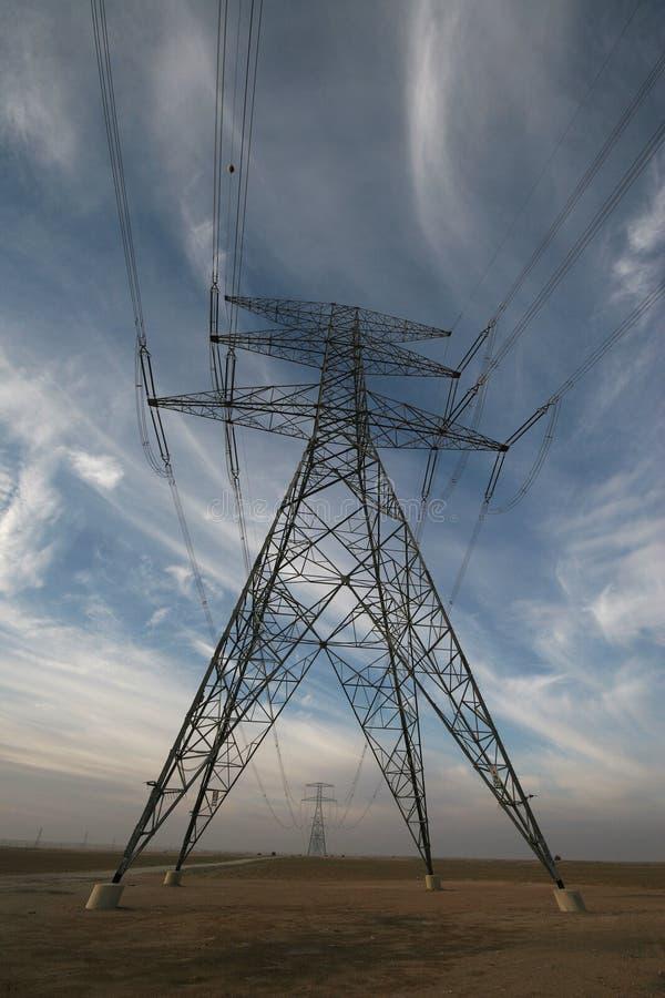Ein Mast, der Hochspannungsstarkstromleitungen trägt stockbild