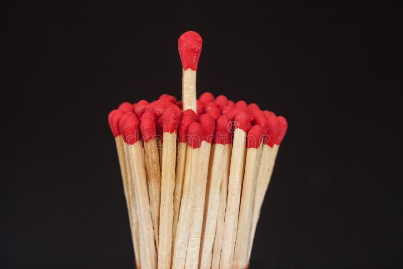 Ein Matchstick, der vorbei von der Gruppe steht, stockfotos