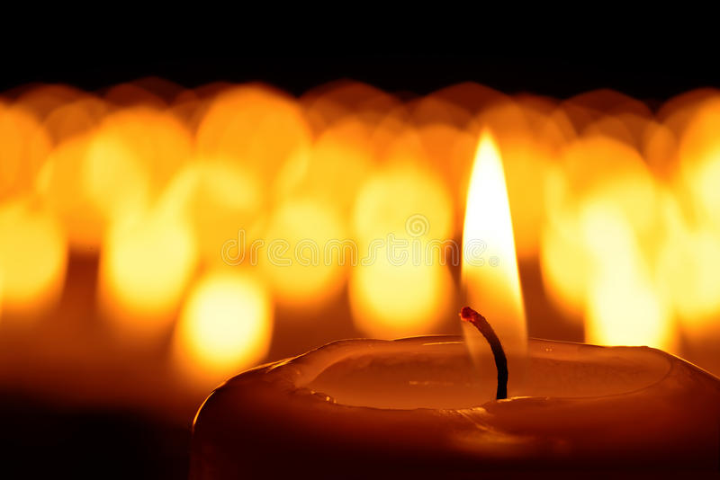 Ein Meer der Kerzen lizenzfreie stockfotografie