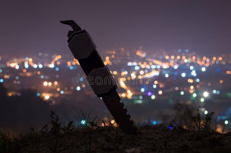 Ein Messer vor einer Stadt lizenzfreie stockfotografie