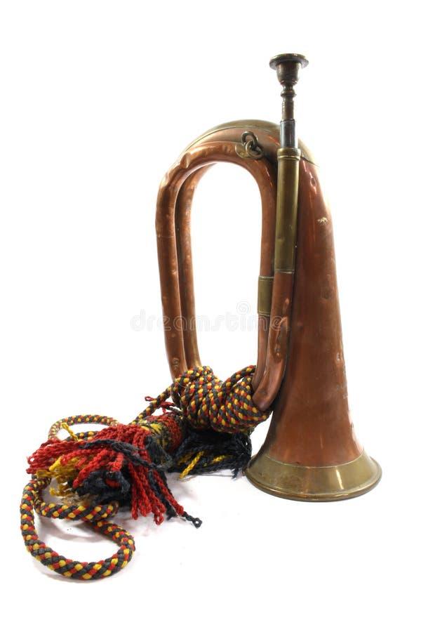 Ein Messing- und kupfernes kleines Signalhorn-Instrument auf weißem Hintergrund stockfotos