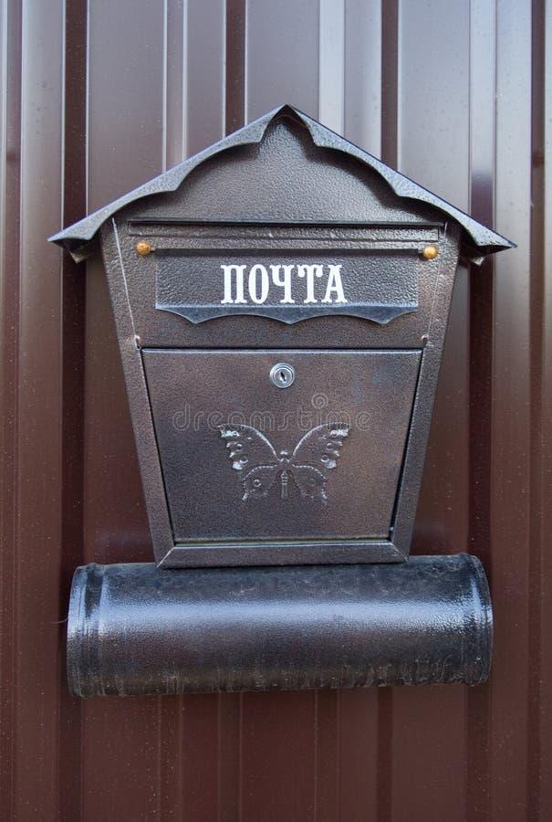 Ein Metallbriefkasten hängt am Eingang zum Tor lizenzfreies stockfoto