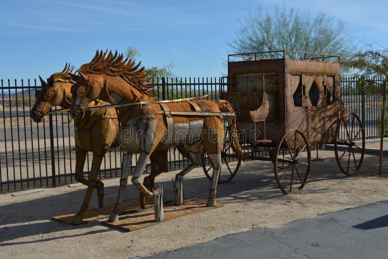 Ein Metallstagecoach mit den Pferdemähnen, die in der Brise durchbrennen stockbilder