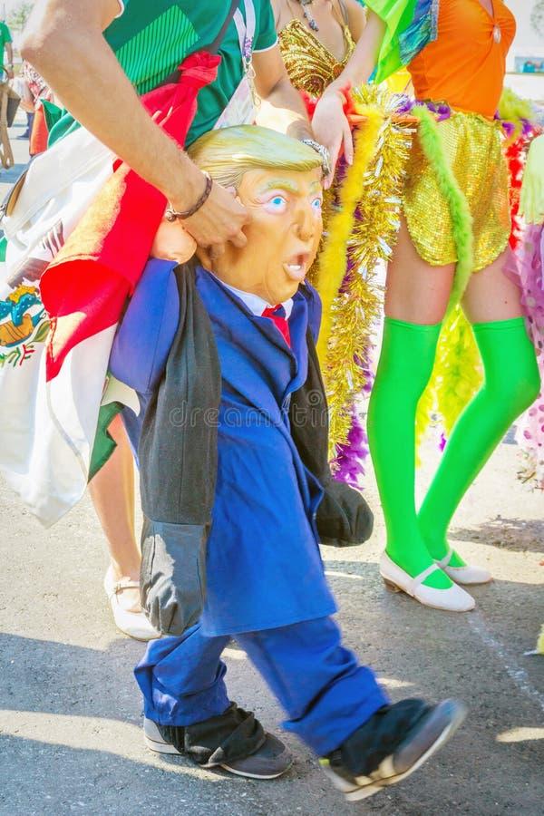 ein mexikanischer Fan in einem nationalen Kostüm parodiert Präsidenten des Vagabundn Vereinigter Staaten Donald lizenzfreies stockfoto