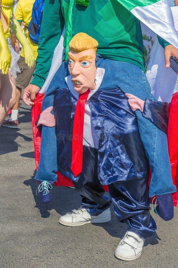 ein mexikanischer Fan in einem nationalen Kostüm parodiert Präsidenten des Vagabundn Vereinigter Staaten Donald stockfotos