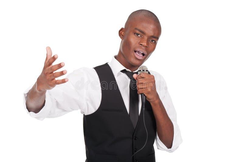 Ein Mikrofon anhaltener und singender Mann stockfotografie