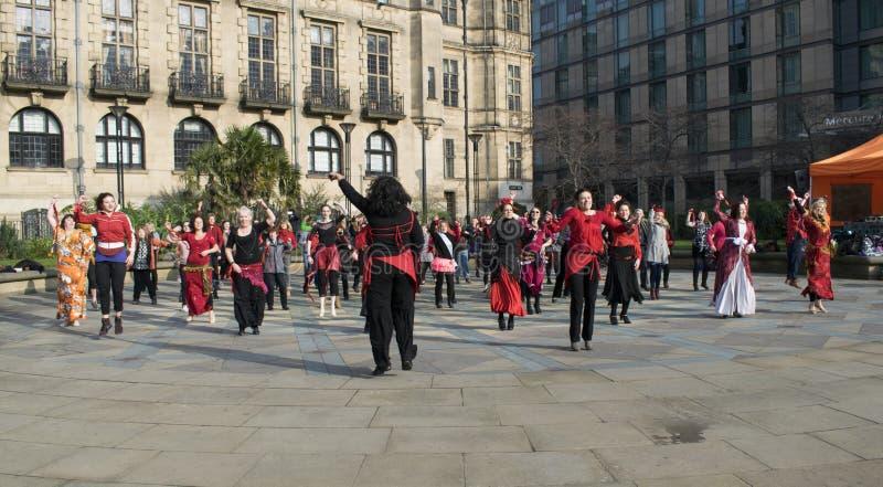 Ein Milliarde steigender greller Pöbel-Tanz in Sheffield stockbild