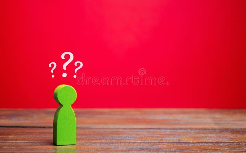 Ein Minigrün und Fragezeichen über ihm Unsicherheit Suche nach einer Antwort auf eine Frage Probleme und Lösungen stockbilder