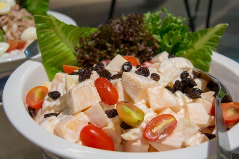Ein Mischungsobstsalat im weißen Teller lizenzfreie stockfotografie