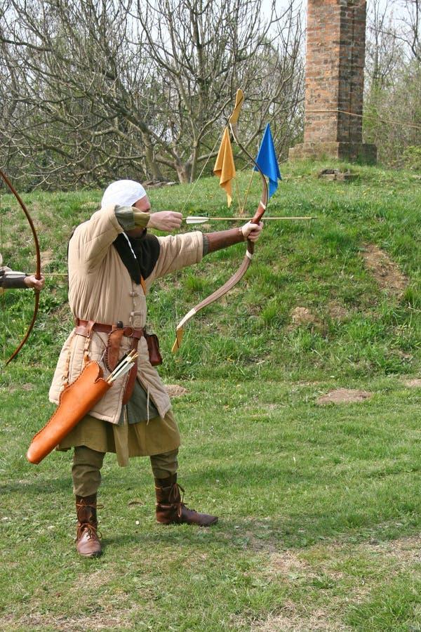 Ein mittelalterlicher Bogenschütze lizenzfreie stockfotografie