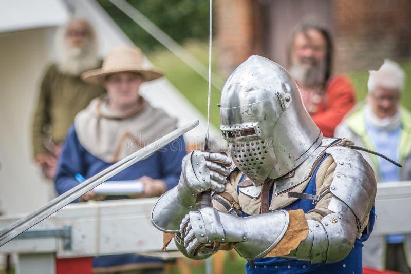 Ein mittelalterlicher swordfighting Ritter lizenzfreie stockbilder