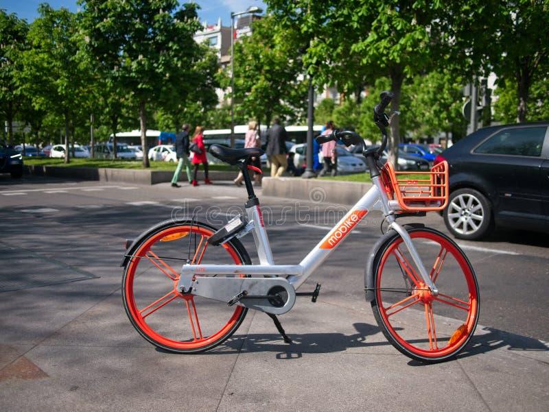 Ein Mobike-Fahrrad geparkt auf einer Straße in Madrid, Spanien lizenzfreie stockfotografie
