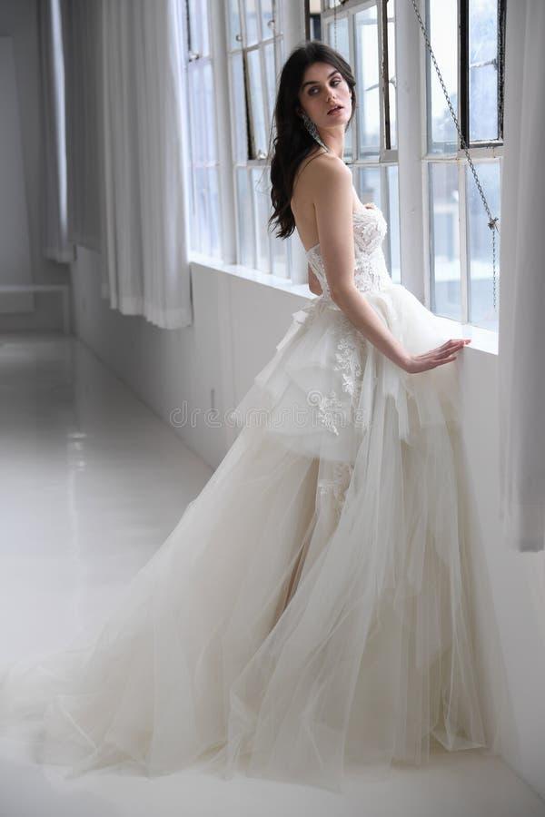 Ein Modell, das während der Brautmodedarstellung Galia Lahav Springs 2020 aufwirft stockbilder
