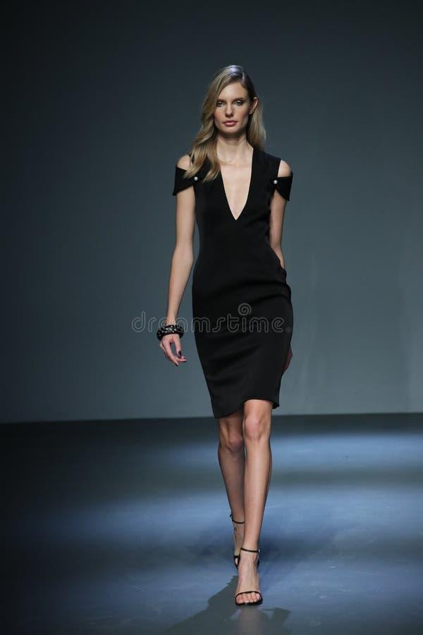Ein Modell geht an der Mode-Woche Pamella Roland Runways im Februar 2018 New York stockfotografie