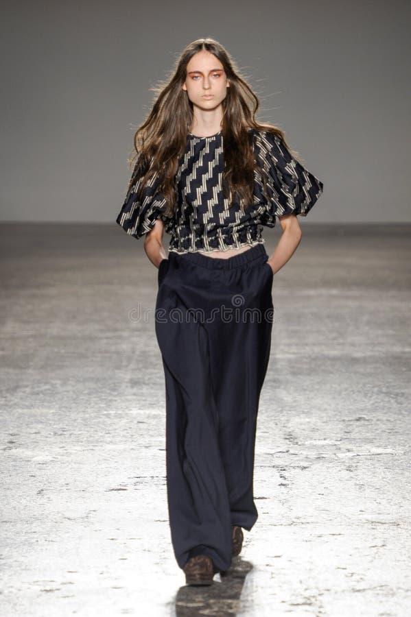 Ein Modell geht die Rollbahn während der Alberto Zambelli-Modeschau lizenzfreie stockbilder